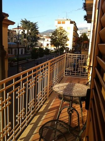 Sine Tempore Holiday Apartments: Coffee time over looking Corso Italia.