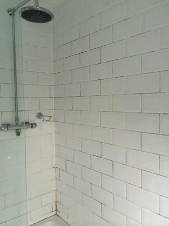 The Chapter House: Manky bathroom