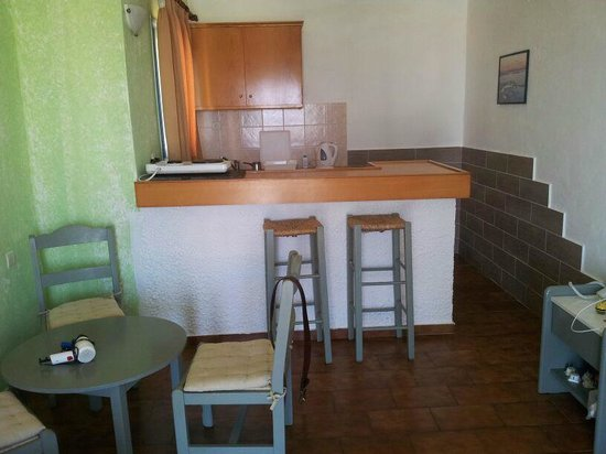 Piskopiano Village Apartments: Kitchen area/ breakfast bar. Also had a small dining table/ chairs.