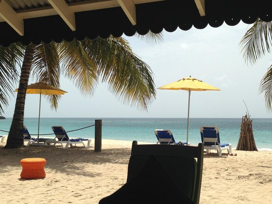 Mount Cinnamon Resort & Beach Club : Beach & Cabana
