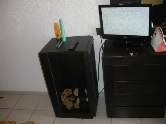 Hersonissos Palace Hotel : Broken TV or 14 inch PC