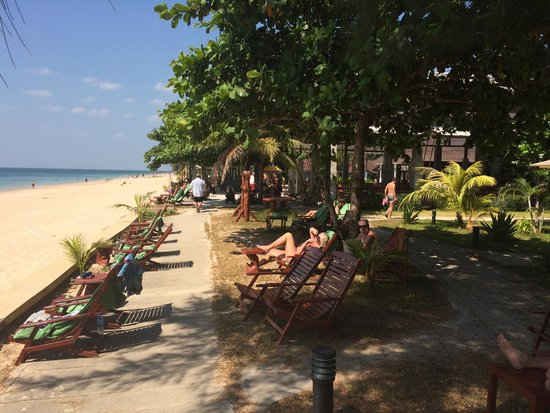 Nakara Long Beach Resort, Koh Lanta: Пляж у отеля