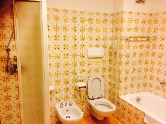 Hotel Belair : Dated bathroom