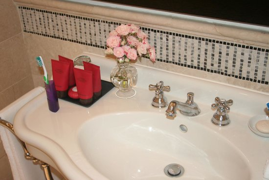 Hotel De Russie: Fresh Flowers were in every room of the suite