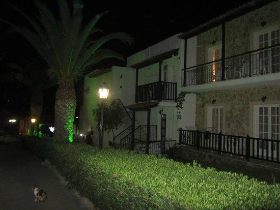 Ledra Maleme: Hotel apartments at night