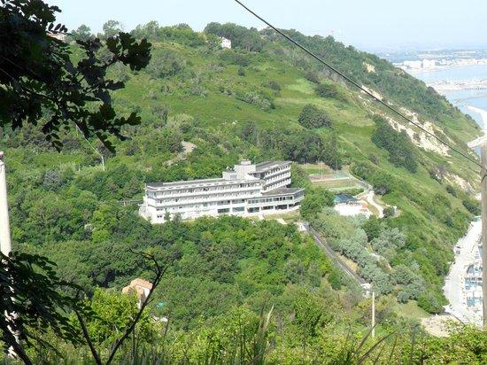 Hotel Capo Est: Vista dalla collina antistante l'hotel