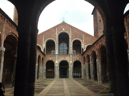 Basilica di Sant'Ambrogio: la facciata