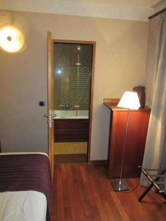 Hotel George Sand : View through 2nd room to bathroom