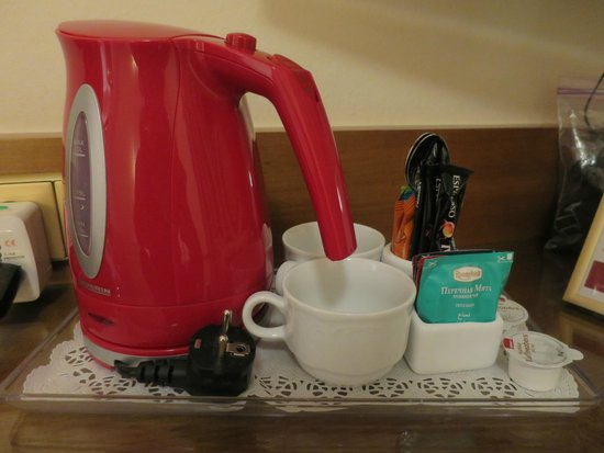 Hotel Stefanie: Coffee set in the room - enjoy my hot tea in the evening