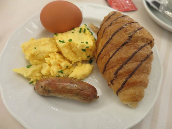 Hotel Stefanie: Great daily breakfast