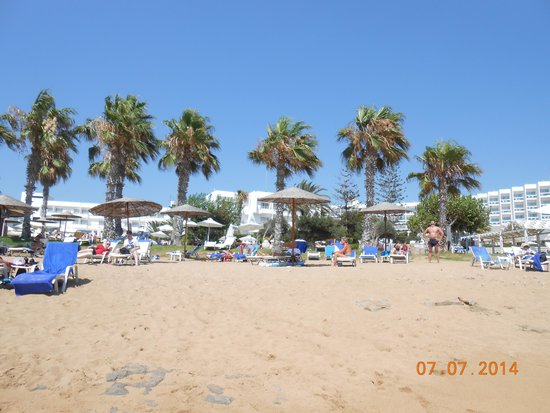 Louis Ledra Beach: Beach with hotel loungers