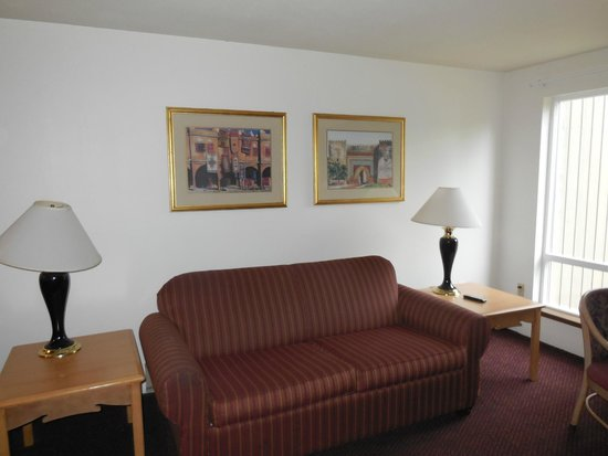 Olympic Suites Inn: Living area
