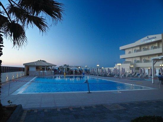 smartline Neptuno Beach : pool area