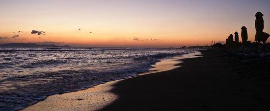 smartline Neptuno Beach : The sun is rising above the sea