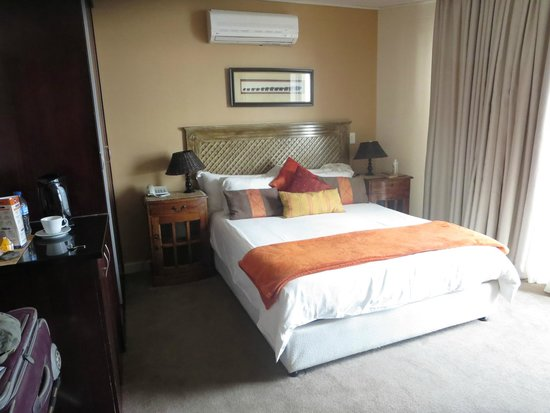 Primi Royal: Room with queen bed.  There's a stocked fridge, coffee/tea maker, safe, ample bedside lighting.