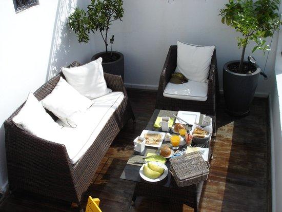 Tanger Chez Habitant: Breakfast on the lower terrace