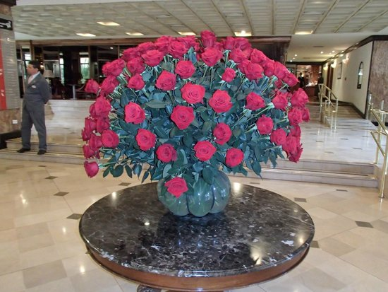 Swissotel Quito : Beautiful roses in the lobby.