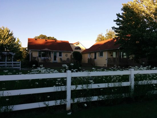 Hopewell Bed & Breakfast: the 2 cottages - ours was on the right