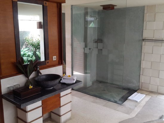 The Sanyas Suite Seminyak: Huge outdoor bathroom