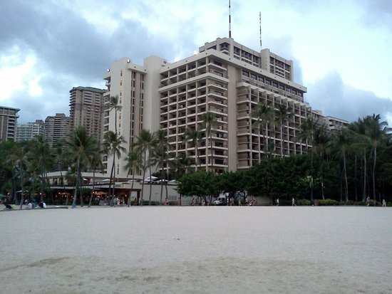 Hilton Hawaiian Village Waikiki Beach Resort: View of hotel from beach