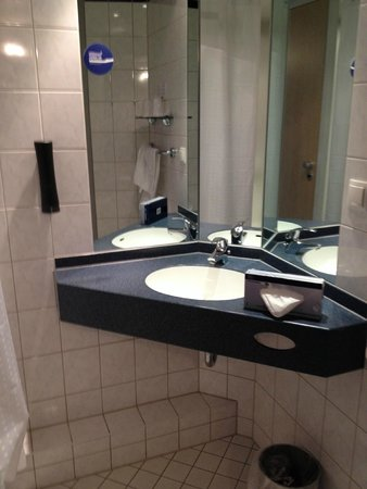 Holiday Inn Express Düsseldorf - City North: baño