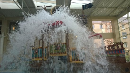 Explorers Hotel: Pirate Ship in Pool drops a bucket of water every few minutes