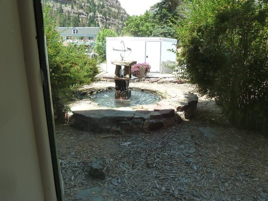Twin Peaks Lodge & Hot Springs: View of fountain outside our room