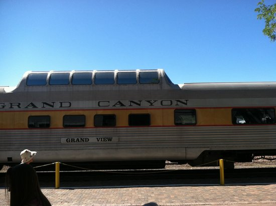 Grand Canyon Railway Hotel: Train picks you up just outside... Very convenient!
