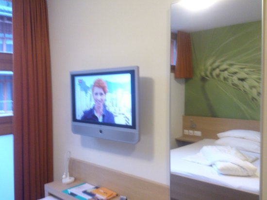Samnaun - Smart-Hotel - Fernseher und Spiegel