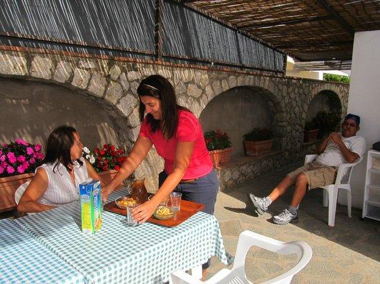 Villa Damecuta: Atendidos por Rafaella