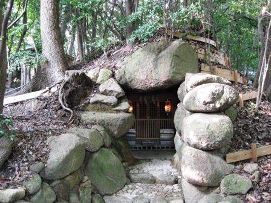 Ashiya Shrine: 古墳の石室がそのまま神社に