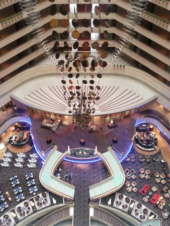 Marina Mandarin Singapore: Hotel Atrium looking down from the 14th Floor