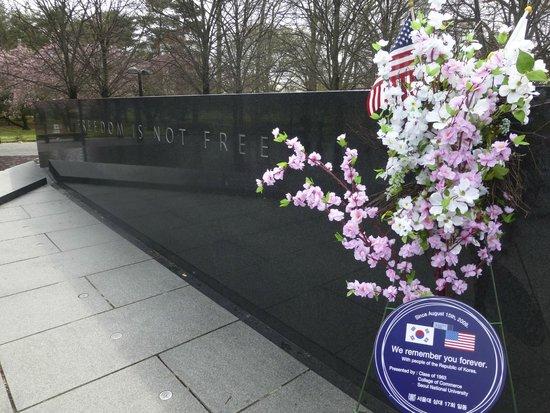 Monumento a los veteranos de la Guerra de Korea: Cherry blossoms, from the people of Korea - wow