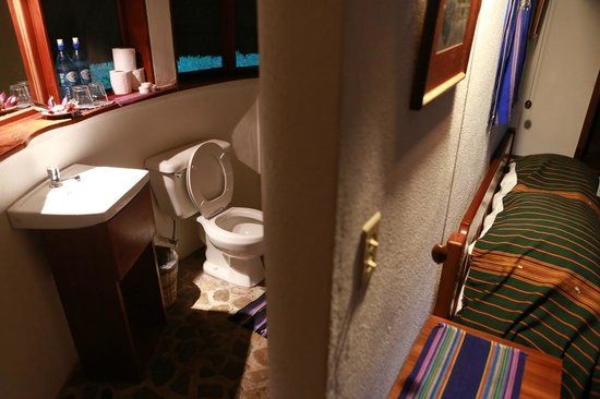 Pook's Hill Lodge: Adjacent bathroom is practical and useful
