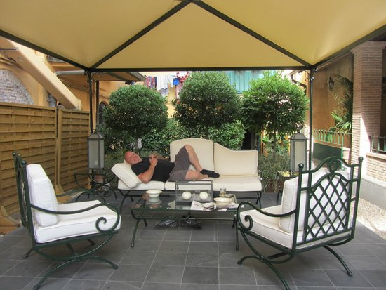 Hotel Santa Maria: Relaxing on the grounds
