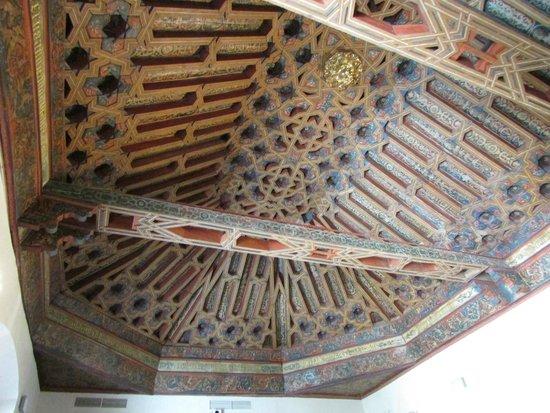 La Madraza: Artesonado de la sala de plenos