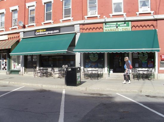 Eastern and Main Market Deli: Sit outside under the canopy