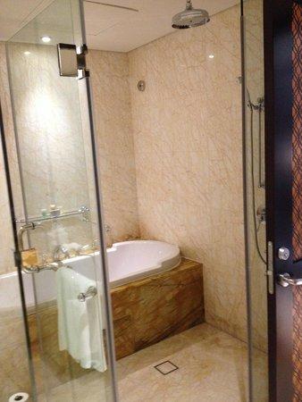 Ramada Jumeirah: King Suite Bathroom