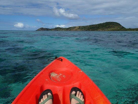 Mantaray Island Resort: Kayaking back towards the far end of the island