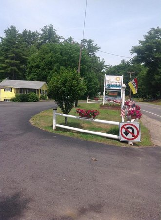 Lake Winnipesaukee Motel: Front of Motel