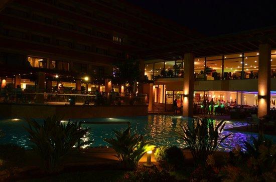 Oceanis Hotel : Vue du restaurant et du bar depuis les jardins au bord de la piscine