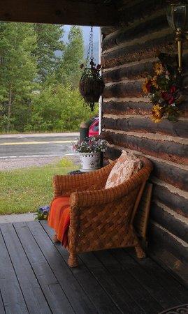 Twin Lakes Roadhouse Lodge: A wonderful porch in a quaint lodge
