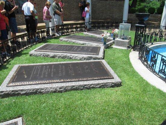 Graceland : Elvis' gravesite.