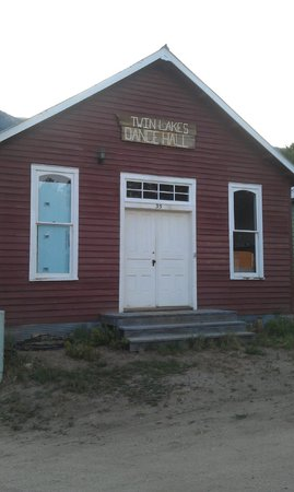 Twin Lakes Roadhouse Lodge: One of the original buildings in the tiny town.