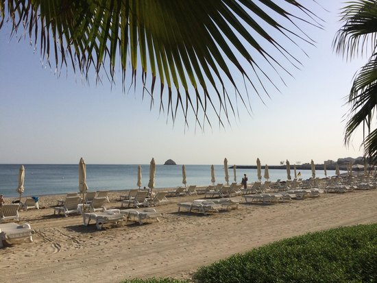 Radisson Blu Resort Fujairah: Playa privada con tumbonas