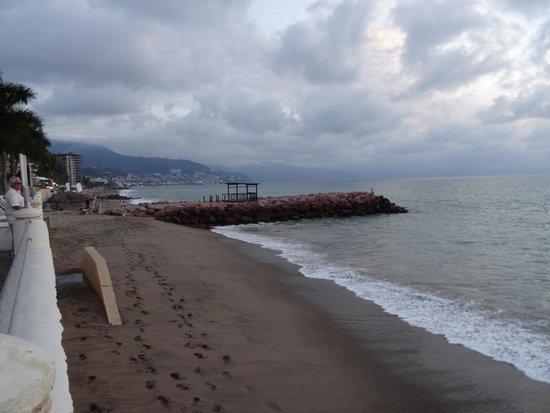 Plaza Pelicanos Grand Beach Resort: Bout de plage devant l'hotel