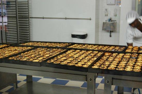 Pasteis de Belem : Egg tarts in the factory