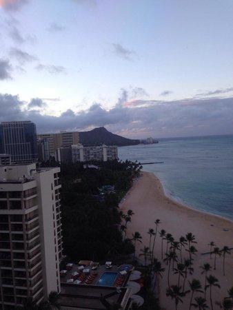 Hilton Hawaiian Village Waikiki Beach Resort: Morning view of Diamond head from elevator lobby on 22