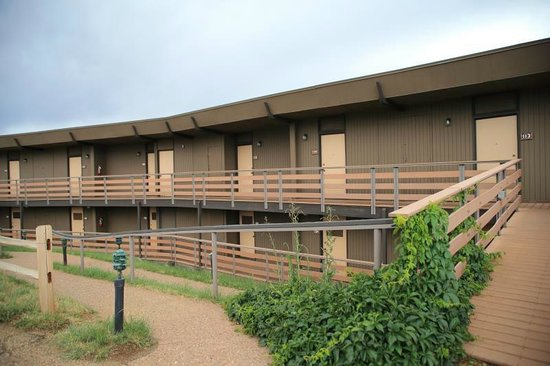 Far View Lodge: The parking lot side of the building containing our rooms.