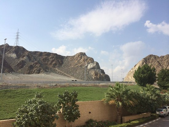 Radisson Blu Resort Fujairah: Vistas desde el hotel hacia la montaña.